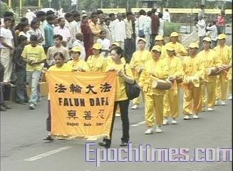 Выступление труппы Небесного оркестра в индийском городе Нагпуре на празднике Дасара. 7-8 октября 2008 г. Фото: The Epoch Times