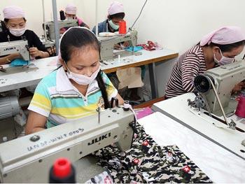 """Работница на предприятии, злоупотребляющем эксплуатацией труда (""""Sweatshop"""") в   Камбодже. Фото: Tang Chhin Sothy/Getty images"""