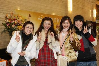 Китайские девушки, живущие в Японии, после просмотра концерта DPA