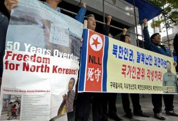 Протестующие против нарушения прав человека в Северной Корее у государственного комитета по правам человека в Сеуле (Южная Корея), 18 октября 2007 года. Фото: Jung Yeon-Je /AFP /Getty
