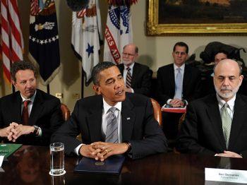 Президент Барак Обама с Министром финансов Тимоти Ф. Гейтнером (слева) и Председателем Федеральной системы резервов  Бен Бернанке встречаются с банковскими инспекторами в Белом Доме 17 июня 2009 года. Фото: Mandel Ngan /AFP /Getty Images