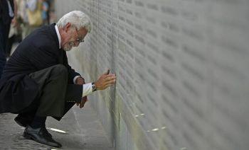 Без вести пропавшие: человек плачет у памятника жертв государственного терроризма в Мемориальном парке Буэнос-Айреса, 7 ноября 2007 г. Фото: Alejandro Pagni /AFP /Getty Images