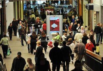 Рождественские покупатели ищут подходящие подарки в шопинг-центре в Грендейле, Калифорния, 23 декабря 2008. Фото: Jewel Samad /AFP /Getty Images