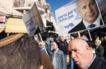 Лидер партии Ликуд Бенджамин Нетаньяху посещает рынок в Иерусалиме. Он поклялся, что разобьет Хамас, если станет премьер-министром Израиля после выборов на следующей неделе. Фото: Leon Neal/AFP/Getty Images
