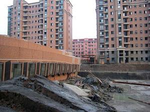 Здание упало, оставив промежуток между идентичными строениями вокруг. Internet Foto