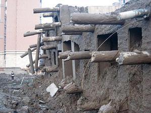 Никаких надежных опор не видно из фундамента здания. Internet Foto