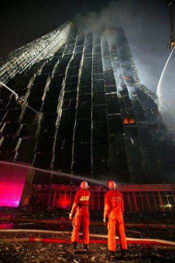 Инцидент с пожаром в здании CCTV поставил телестанцию в неловкое положение, так как она утверждала, что делает много живых репортажей и трансляций. Фактически, CCTV даже не осветила событие собственного пожара в реальном времени. Фото: FREDERIC J. BROWN /AFP /Getty Images