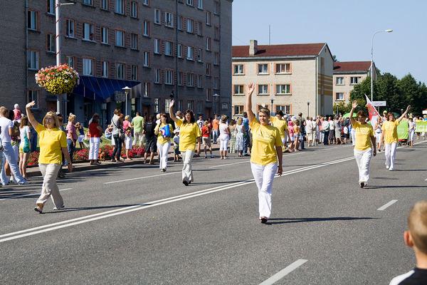 Последователи Фалуньгун Латвии участвуют в параде в честь Дня города. Фото: Андрей Аболтиньш