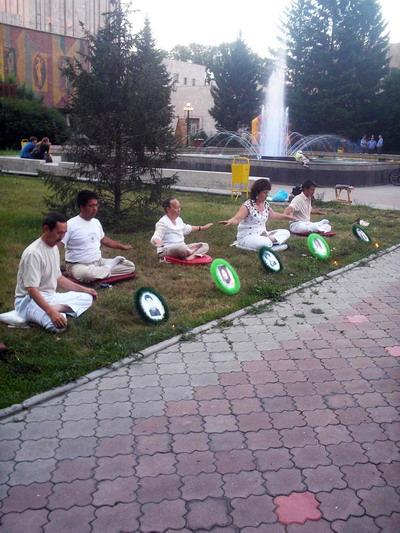 Жители Хакасии впервые узнали о практике Фалунь Дафа,    получили  правдивую  информацию о преследованиях, развязанных и осуществляемых  в течение уже 10 лет в Китае. Фото: Великая Эпоха