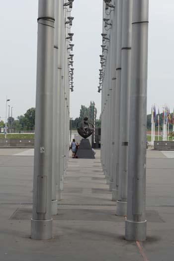 Флагштоки перед зданием Европарламента.Фото:Лора ЛАРСИА/Великая Эпоха