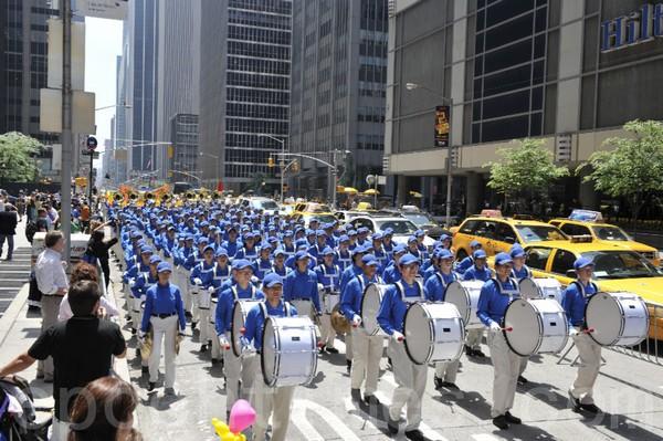 Шествие возглавил «Небесный оркестр». Нью-Йорк. 6 июня 2009 год.