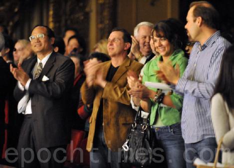 Благодарные зрители воодушевленно аплодируют артистам
