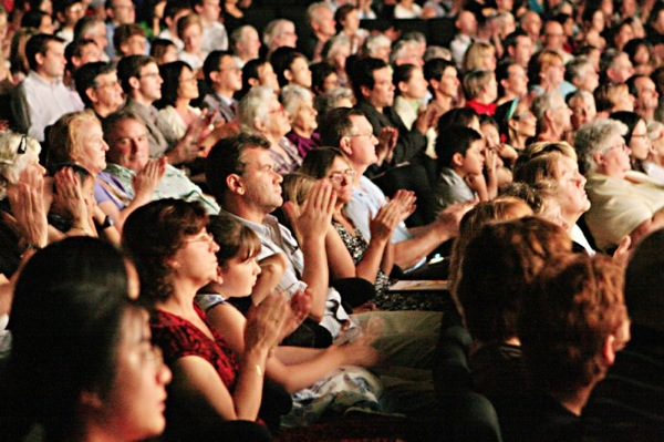 Зрители смотрят первое выступление ДПА в  Канберре,  Австралия. (Фото: Сунь Юэ / Великая Эпох)