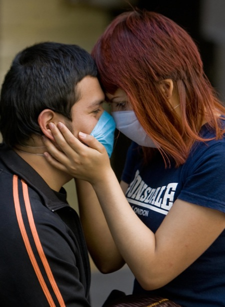 Влюбленная пара целуется в историческом центре Мехико.Фото: ALFREDO ESTRELLA/AFP/Getty Images
