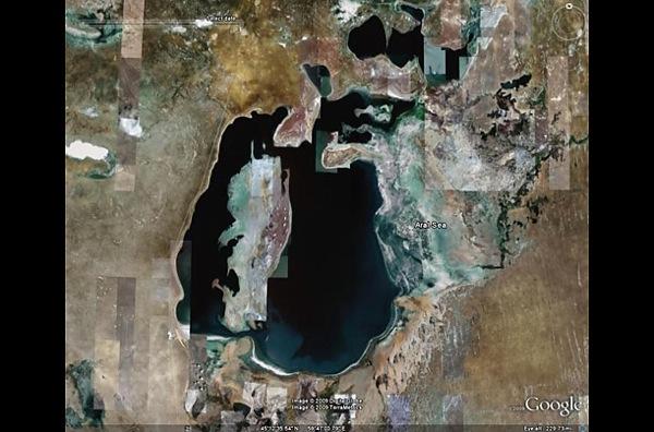 Фотографии в 2008 году - Аральское море уже  разрушено, за последние 40 лет площадь Аральского моря сократилась почти на 60%, объем уменьшился на 80%. фото с Googel Earth.