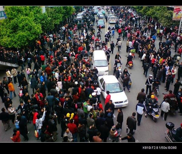 В Сычуани произошел массовый протест против насилия городских контролеров.Фото:Еpochtimes.com