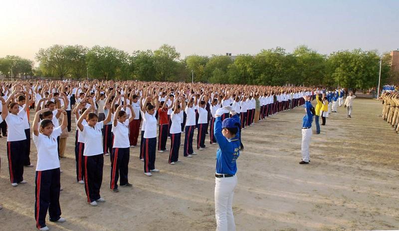 Более 1000 студентов, будущих полицейских, выполняют упражнения Фалуньгун. Фото: Великая Эпоха