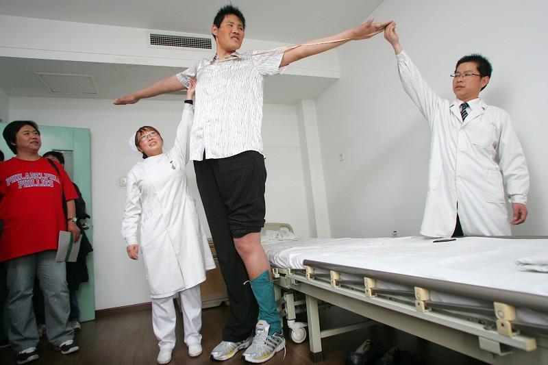 Чжао Лян, самый высокий человек в мире. Фото с baidu.com