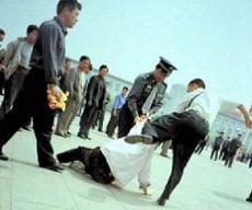 Полицейские арестовывают последователя Фалуньгун, 25 июля 2001. Фото: Clearwisdom