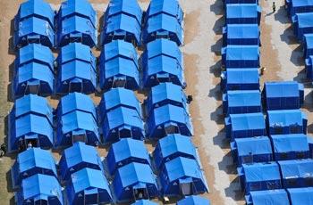 На территории, пострадавшей от землетрясения, развернут 31 палаточный городок и 24 полевые кухни. Фото: ANDREAS SOLARO/AFP/Getty Images
