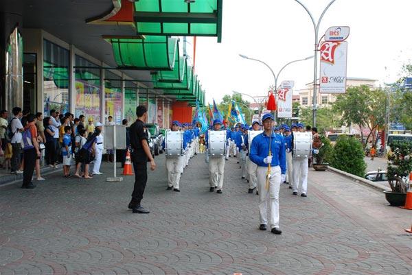 Марширующий Небесный оркестр из Сингапура и Малайзии возглавил процессию. Фото: Великая Эпоха