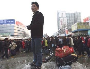 Десятки тысяч рабочих-мигрантов, потерявших работу, возвращаются домой. Фото: Photo by China Photos/Getty Images