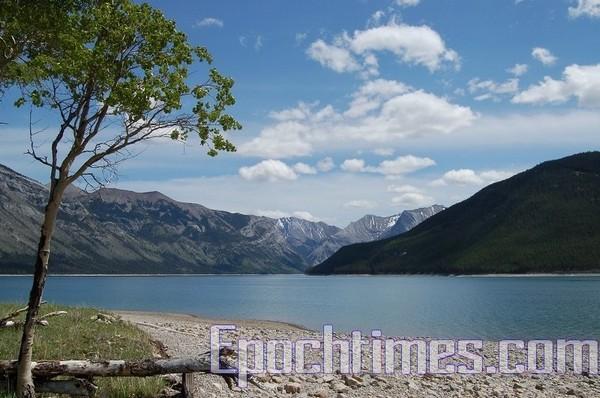 Таинственная  красота озера Миневанка(Minnewanka)/Sam Lawn/Великая Эпоха