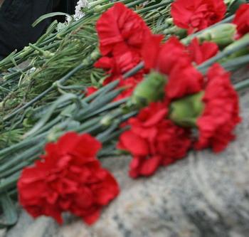 Премьер-министр Владимир Путин в воскресенье возложил цветы к надгробиям выдающихся государственников России