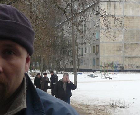 Мужчина закрывает спиной действия г-на Соловьева и требует не снимать. Фото: Иван Кузнецов