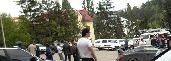 Автомобильная стоянка возле здания администрации Кисловодска. 30 минут после взрыва. Фото: Великая Эпоха