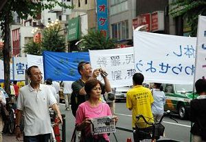 Марш проходит по улице Мэйн, где расположены многие китайские фирмы и магазины. Фото: minghui.ca