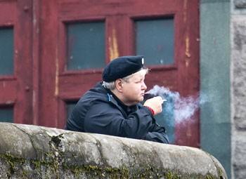 Люди переходят на более дешевые сигареты. Фото: sergeydolya.livejournal.com