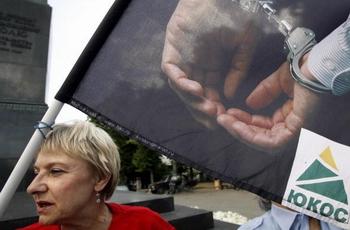 Суд освободил условно-досрочно экс-юриста ЮКОСа Светлану Бахмину. Фото: Alexey SAZONOV/AFP/Getty Images