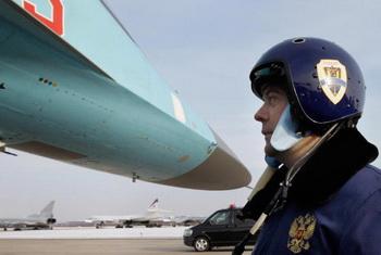 Дмитрий Медведев на фоне нового фронтового истребителя-бомбардировщика Су-34. Фото: DMITRY ASTAKHOV/AFP