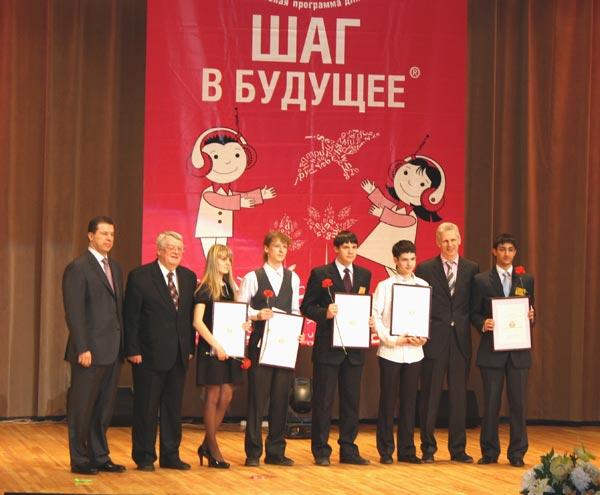 Вручение дипломов старшим школьникам. Фото: Ульяна Ким/Великая Эпоха