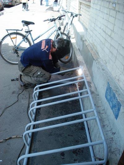 Надежно приварим. На металлолом не утащить... Фото представлено пресс-службой депутата МО