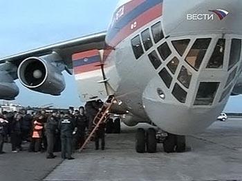 Около пяти утра во вторник в столичном Домодедове приземлился самолет МЧС. Он   доставил в Москву 14 россиян, пострадавших в автокатастрофе во Вьетнаме. Все они, в   том числе двое детей, размещены в столичных клиниках. Фото: newsru.ru