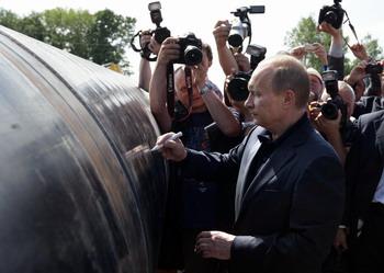 В.Путин подписывает часть будущего газопровода Сахалин – Хабаровск - Владивосток 31 июля 2009г. Фото: ALEXEY DRUZHININ/AFP/Getty Images