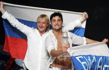 Победитель конкурса Песни на Евровидении в мае 2008г. Дима Билан (справа) и фигурист Евгений Плющенко (слева). Фото: ANDREJ ISAKOVIC/AFP/Getty Images