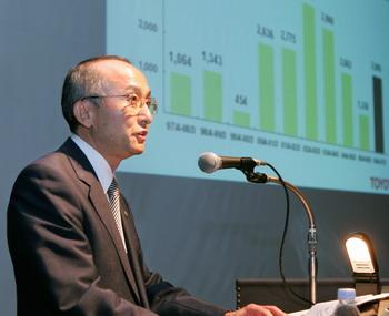 Президент Тойота Motor Corporation, Katsuaki Watanabe заявляет о финансовых результах компании на пресс-конференции в 2007г. Фото: KAZUHIRO NOGI/AFP/Getty Images