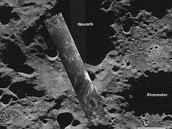 В центре располагается снимок полоски дна кратера, реконструированный по данным miniSAR. Фрагмент дна принадлежит кратеру Haworth, изображение которого видно на заднем фоне. Изображение NASA