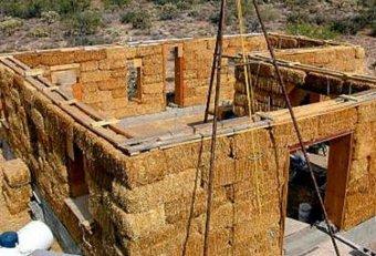 Строительство соломенного дома. Фото с dailymail.co.uk