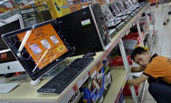 Продавец настраивает компьютер в супермаркете в Пекине. Программа фильтрации китайского режима Green Dam - Youth Escort оказалась бесполезной для осуществлении цензуры. Фото: Liu Jin /AFP /Getty Images