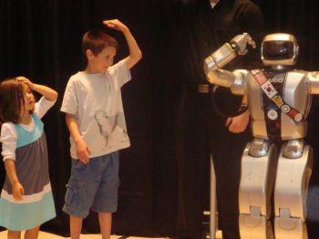 Дети играют с роботом Jaemi в Филадельфийском музее. Фото: Лиза-Джой Згорски /Фонд национальной науки
