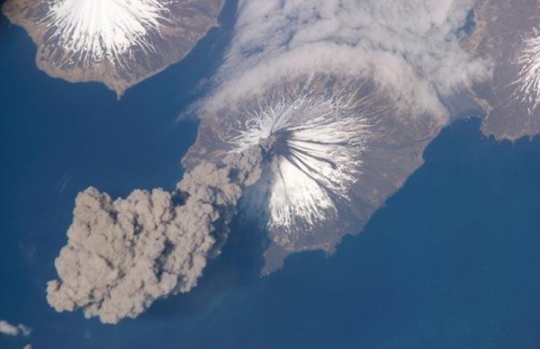 Извержение вулкана Кливлэнд. Аляска,2006 год. Фото NASA.