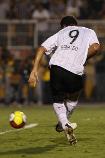 Бывший форвард сборной Бразилии по футболу Роналдо забил за свой новый клуб