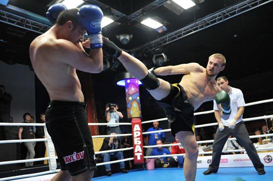 Фрагмент боя Павлв Журавлева и Константина Глухова. Фото: fightclub21.ru