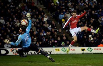 Второй гол «Арсенала»: Николас Бендтнер прервал безголевую серию клуба, пробив вратаря «Вест Бромвич» Скотта Карсона. Фото: Shaun Botterill/Getty Images