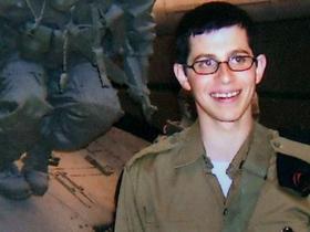 Израильтяне не забыли Гилада Шалита. Фото семьи Шалит (via Getty Images)