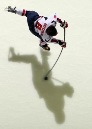Российский хоккеист Александр Овечкин помог своей команде